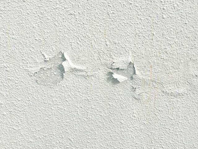 塗装が剥げて傷んでしまったモルタル塗りの外壁