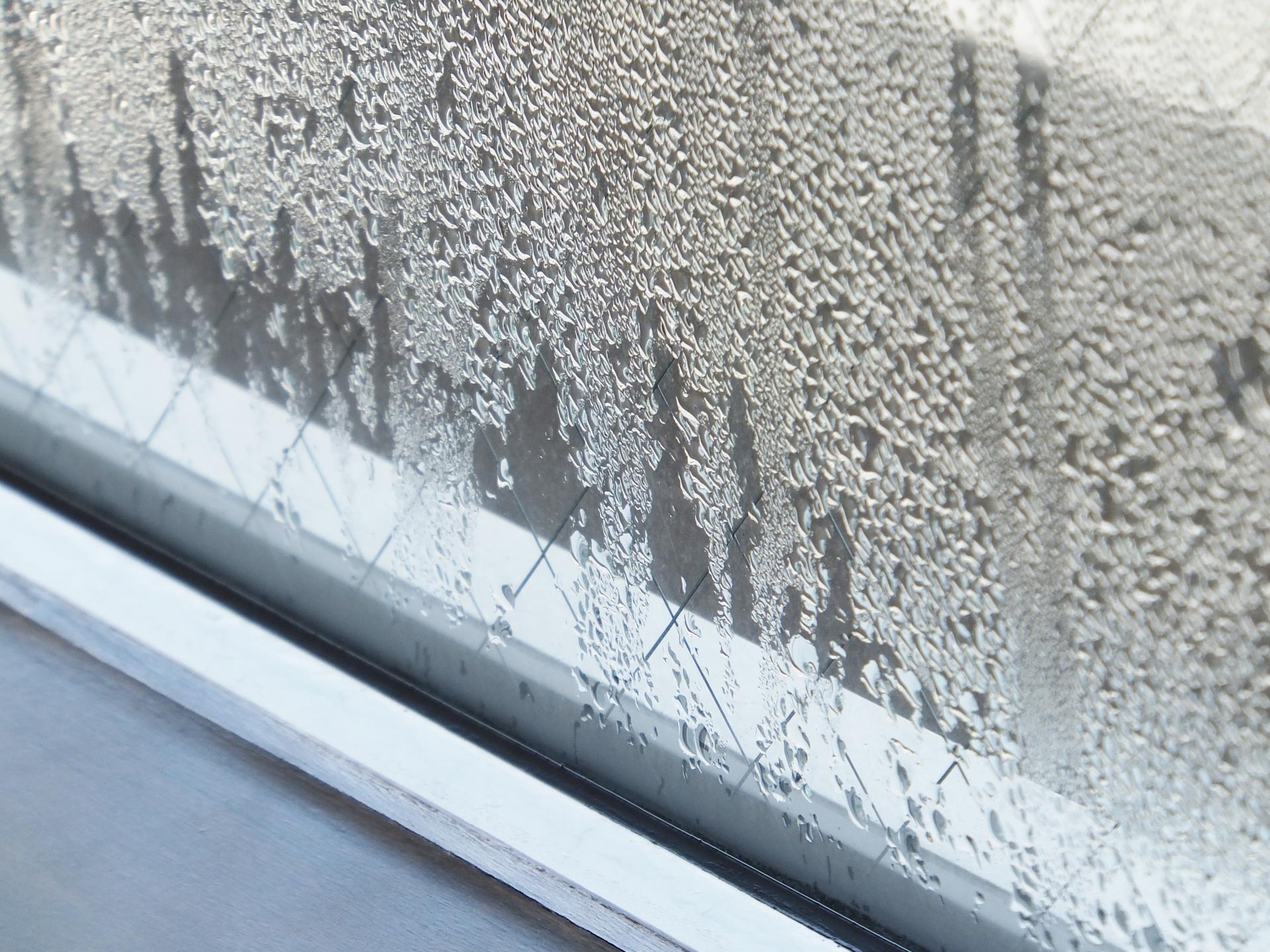 玄関ドアの断熱性能が低いと結露する
