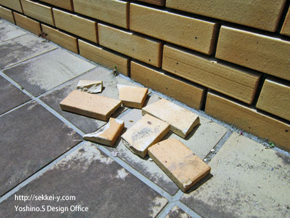 剥がれて落下したタイル外壁材