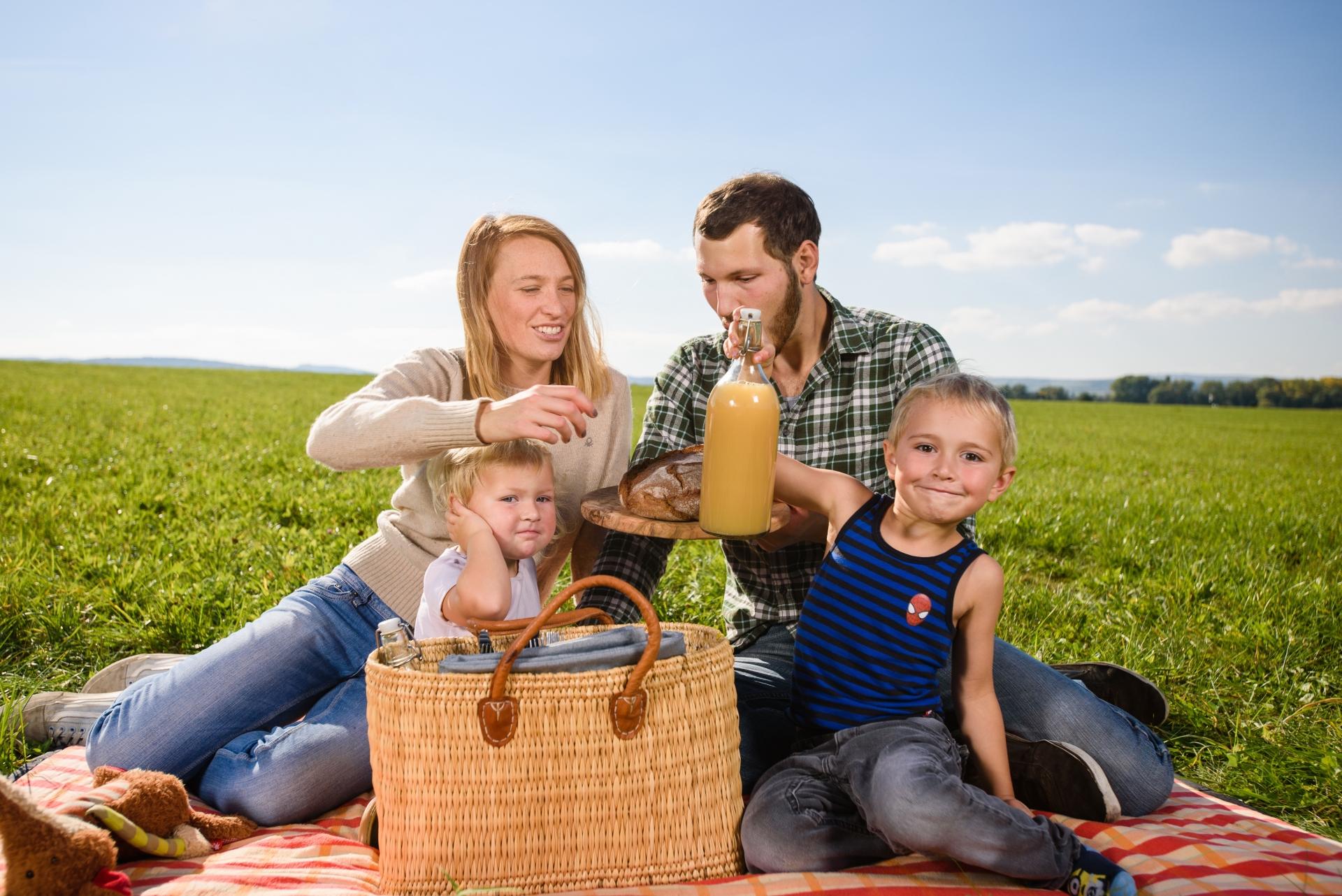 子どもとの大切な時間を楽しむ家族
