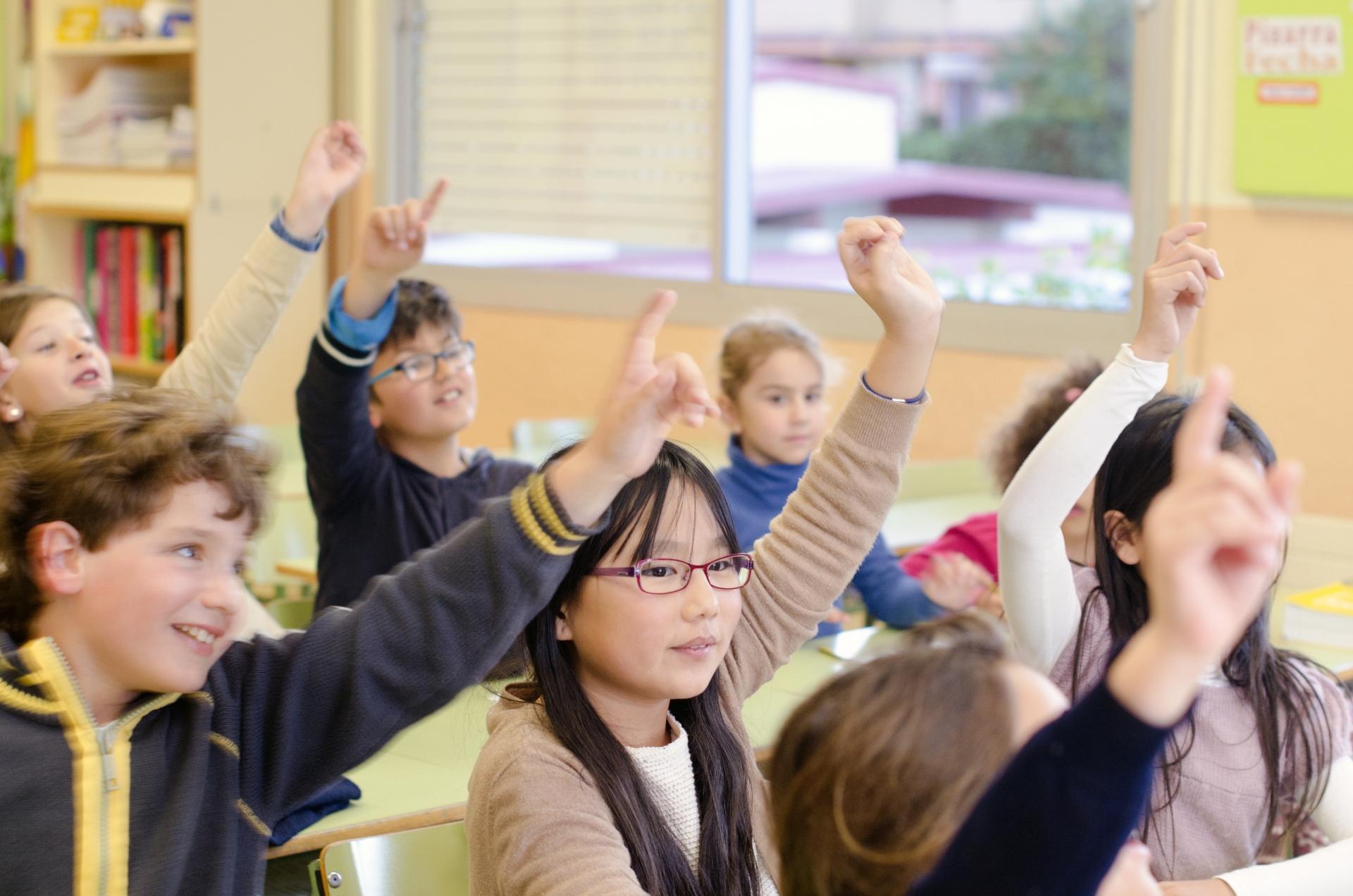 積極的に勉強する子供たち