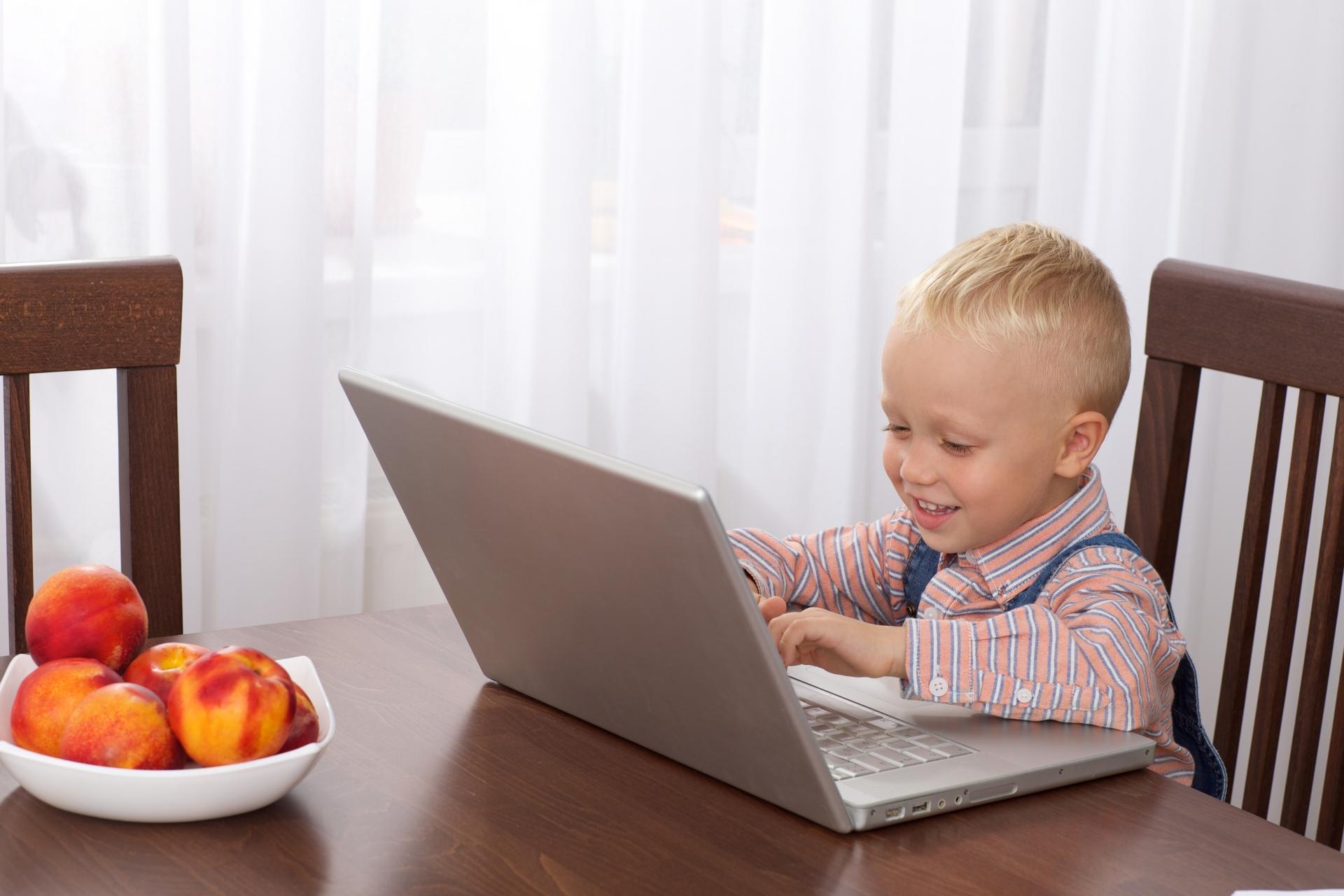 パソコンスペースと子ども勉強スペースを兼用
