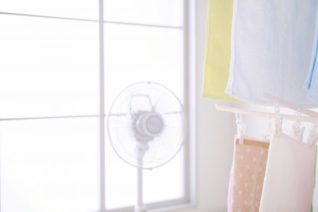部屋干しの臭い対策は、換気と扇風機