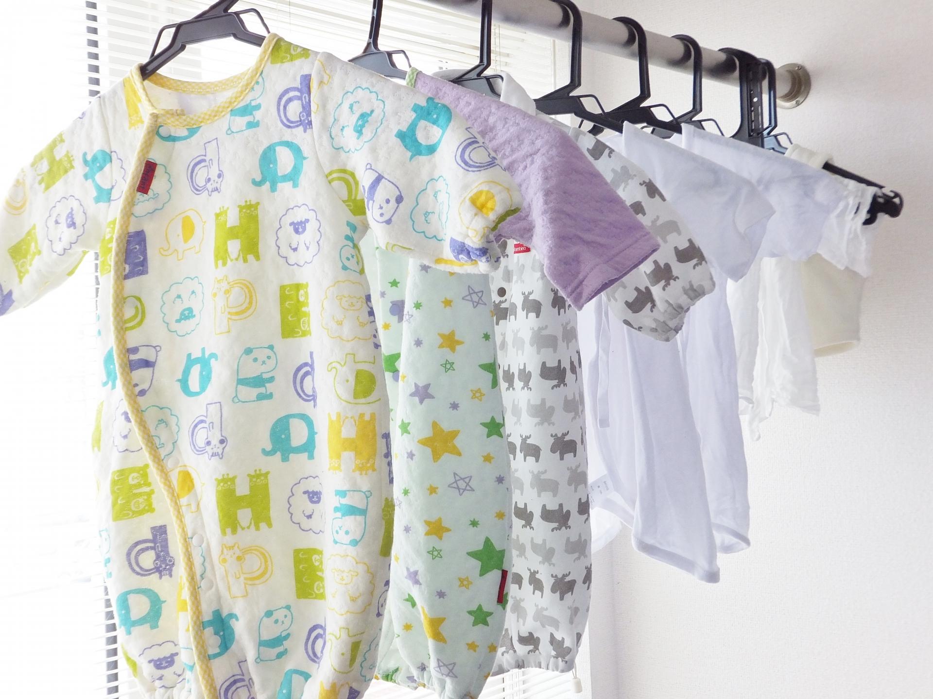 赤ちゃんの服を部屋干しする