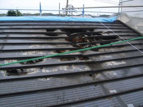 屋根一体型太陽光パネルによる、火災現場写真。